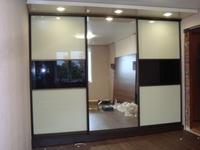 """Шкаф-купе встроенный 3 двери """"стекло крем+черный / зеркало"""""""