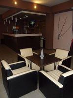 Барная стойка и столы для кафе